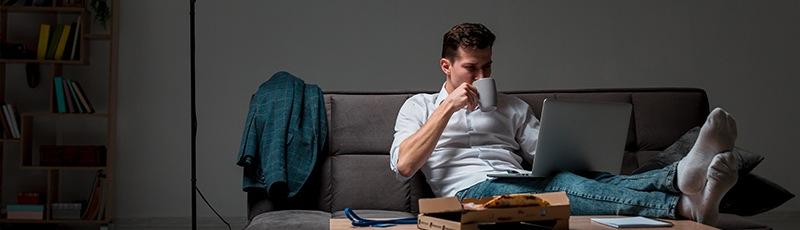 extra pénz szabadúszó ember ül kávét iszik